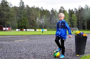 Love Ekberg laddar inför straffsparkstävlingen på fotbollens dag.