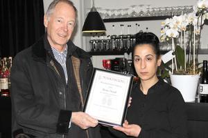 Per Piscator, Munskänkarna i Gävle, lämnar över diplomet till Leyla Yagmur, Bistro Nord.
