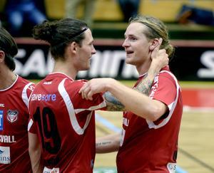 Patrik Svensson inledde målskyttet för Granlo BK och avslutade sedan det hela när han vispade in matchavgörande 6–5 i förlängningen. Här gratuleras han av Anton Eriksson.