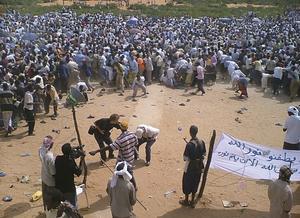 23 juni i Mogadishu. Journalisten Martin Adler från Västerås bevakar en fredlig demonstration när ett skott plötsligt smäller av. Han tar sig under höger armhåla, mot ryggen där han blivit skjuten. Kollegan Flemming Weiss Andersen försöker nå Martin Adler innan han faller till marken. I bakgrunden skingras folkmassan. Några försöker plocka upp skor de tappat i paniken.