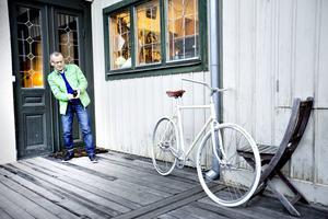 Dan Magnusson beundrar en cykel utan växlar som Tomas Holmqvist, som driver Posa cykel, har byggt ihop.