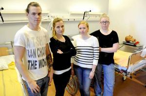 Michael Lindström, Erica Gidlund, Linn Jansson och Karin Åström tar alla examen från Mittuniversitetets sjuksköterskeprogram i sommar. Intresset för att arbeta åt landstinget är svagt hos många studenter. Problem med arbetsmiljön och låg ingångslön är vanliga orsaker till det.