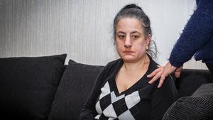 Manuela Shahoo har behov av hjälp dygnet runt, antingen via en personlig assistent eller kommunens dagliga verksamhet. Över jul och nyår har kommunen inte ersatt verksamheten med assistent och hon riskerar att bli utan hjälp.