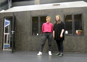 """Ett helt hus har byggts upp på scenen inne hos Folkteatern för teaterstudenternas föreställning """"S*Munditia Devon Rex""""."""