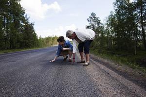 Helt ny asfalt har ersatt de delar av Losvägen som var värst. Något som glädjer Losborna Ingrid Olsson och Inger Isaksson Granqvist som drömt om detta länge.
