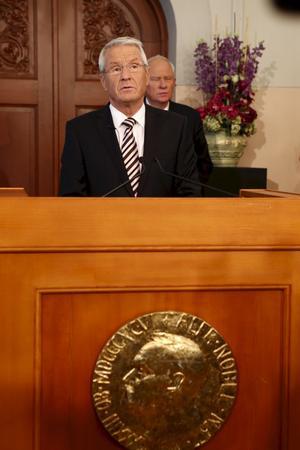 Slog oss med häpnad. Nobelstiftelsen ordförande Thorbjørn Jagland offentliggör årets Fredspristagare i Oslo. Nobels fredspris går i år till EU, meddelar Nobelkommittén i Oslo.foto: scanpix