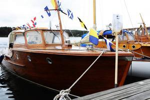 En klassisk träbåt under ett tidigare år av Ulvö Classic.