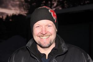 Nils-Erik Kardell, 43 år. Maskinförare. Den som har flest externa uppdrag. Uppdrag hos Huddig som testförare. Jobbar åt Fortum och Eon. Snöplogar. Kyrkopolitiker och körsångare.