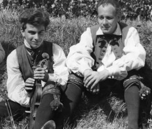 Thore Härdelin d y och Sven Härdelin, sonson respektive son till Thore Härdelin d ä som berättar på ljudbandet.