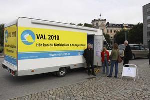 Håkan Lif, Anna Brokås, Ulla Lejon och Per-Arne Blomberg visade upp den mobila röstlokalen.