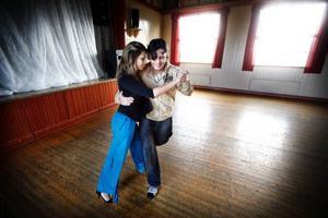 Hector Corona och Silvina Machado inviger golvet i Ås föreningshus.