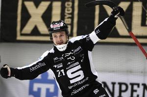 Sandvikens skyttekung Christoffer Edlund får anledning att guldjubla kommande säsong, åtminstone enligt spelbolagen.