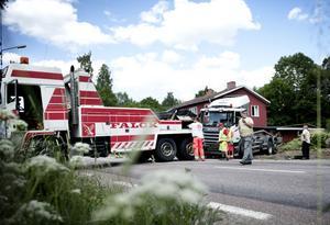 Bärgningsarbetet pågick under flera timmar, först skulle timret bort sedan lastbilen.