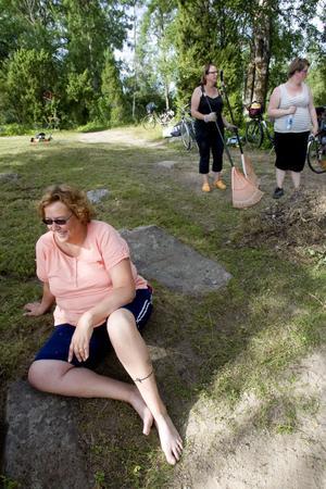 Marie Hammarström från Kalltjärn – som dock är född och uppvuxen i Stensätra – har inte varit vid Sätrabadet på 35 år. När hon läste om skräpbråket i tidningen och initiativet till en städdag bestämde hon sig för att ställa upp och städa på sin semester.