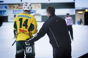 Kom igen nu! Niklas Eriksson klappas om.