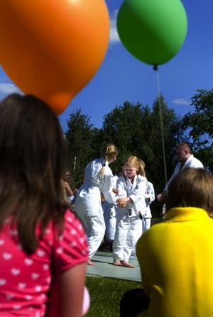 Fängslande. Rebecka Anderssén och Emilia Malm med flera demonstrerade jujutsu.