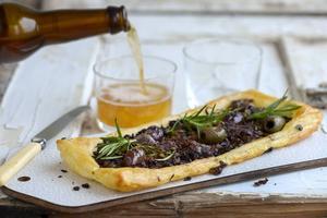 Pizzaladière är en sydfransk pizzavariant eller lökpaj om man så vill. Här får löken steka riktigt länge för att få fram den där lena, oemotståndliga smaken.   Foto: Janerik Henriksson/TT