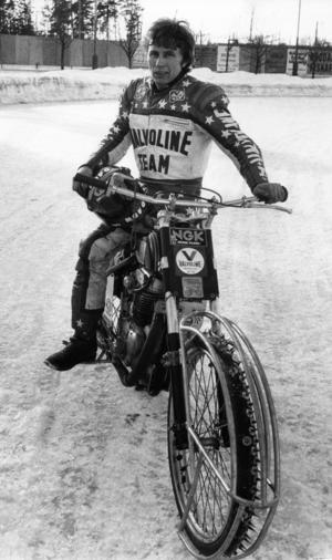Posa Serenius 1982 inför en semifinal mot ryssarna. Men Posa kommer inte bara berätta om sina sportsliga framgånger, han lär även bjuda på historier från sin mc-resa från Korea till Stockholm. Fotograf: Bertil Ericson
