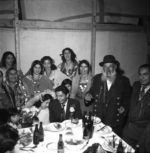 Romskt bröllop i Sundsvall. Flera av Fred Taikons släktingar finns med på bilden. Familjen Taikon slog läger i Hagaområdet och de vuxna försörjde sig med hjälp av sitt hantverkskunnande och sin tivoliverksamhet.