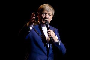 """""""Nu är det sista gången ni ser mig på scenen här i Gävle"""". Bosse Parnevik tog ett fint farväl och hyllades av en fullsatt salong i konserthuset."""