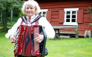 Maud Falk från Västerås har varit på Färneboparaden många gånger. Hon tycker om atmosfären och mötena med de andra spelmännen. Foto: Lina Svalbro