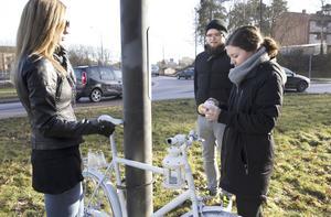 Minnesplats. Syskonen Amanda Ahlzén, Jonathan Christensson och Malin Berg hoppas att spökcykeln får stå kvar vid Skallbergsmotet.Foto: Kenneth Hudd