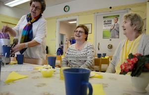 En mötesplats i byn. I byalagets lokal i Ställdalen finns det alltid tid för social samvaro och en kopp kaffe. Vanja Karlsson serverar fika till Anette Román och Britta Forsman.