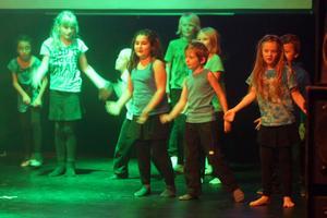 Yngre barn från Stentägten och Norrtull dansade till ABC från Michael Jacksons tid som barnstjärna.