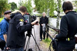 TV-inspelning pågår. Björn Hellberg gör ett inslag till det nya frågesportprogrammet som ska gå i TV 4.