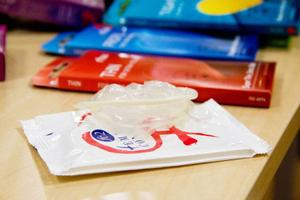 Det är jämställt även på kondomfronten numera. På bordet ligger en så kallad kvinnlig kondom. Men tyvärr är det ännu inte lika billiga som de vanliga.