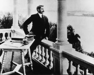 Carl Gustaf Verner von Heidenstam, född 6 juli 1859. Hedersdoktor vid Stockholms Högskola 1909, ledamot av Svenska Akademien från 1912. Mottog De Nios stora pris 1916 och samma år Nobelpriset i litteratur. Prissumman, 134 610 kronor och 50 öre, kvitterades ut först den 1 juni 1917 på grund av världsoroligheterna. Död 20 maj 1940.