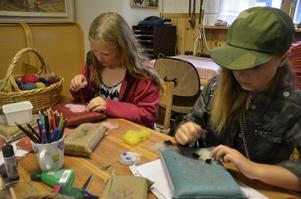 Ullfiltning. Julia Tapper-Törnqvist och Linne Holm från Tibro sitter och formar ull till olika figurer med en filtnål.