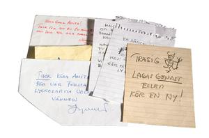 Några av de lappar som Ingmar Bergman skrev till sin hushållerska Anita Haglöf. Foto: Stockholms auktionsverk