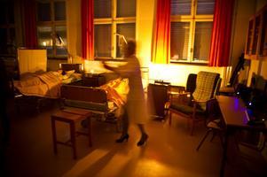 Rummet med sjuksängar var obehagligt. Inte för reportern, men för den lättskrämde fotografen.