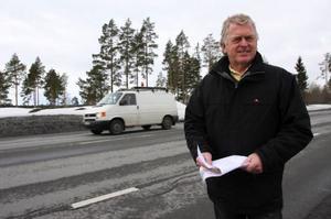 """Christer Norling, Krokoms Golfklubbs intendent, visar var gångbron över E 14 ska sättas upp. """"Efter alla förseningar ska den vara på plats i början av juni"""", säger han."""