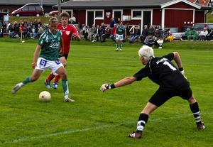 Målskytten Bengtsson. Fredrik Bengtsson rullar in 13–0-målet bakom Gagnefkombinationens målvakt Mikael Gråbo. Foto:Markus Josefsson