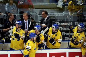 Svenskt jubel. Tre kronor slog Lettland med 4-2. Här gratulerar ex-VIK-aren Mikael Backlund Tony Mårtensson (9) som precis gjort 4-2 till Sverige.