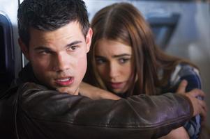 """Taylor Lautner och Lilly Collins flyr  i """"Abduction""""."""