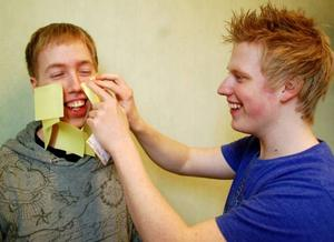 Minst 200 kvadratiska klisterlappar ska Daniel Olofsson och Martin Holmqvist lappa på en människokropp, endast iklädd kalsonger, och få dem att sitta kvar. Försöket ska avklaras på fem minuter och lapparna får inte ramla loss i första taget. Lyckas de har Strömsundskillarna slagit världsrekord.