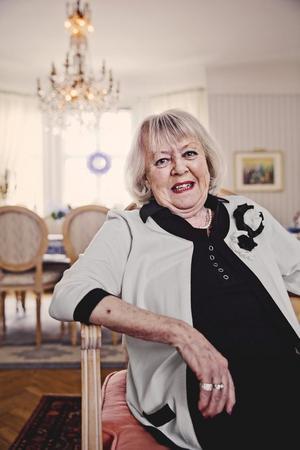 """Gunilla Åkesson har träffat de flesta svenska teaterlegenderna under årens lopp. """"Förr neg man för gamla skådespelare, det är tur att det är annat nu"""", ler hon."""