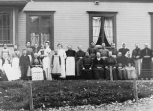Patienter och personal står samlade framför Järvsö sjukhus någon gång i början av 1900-talet.