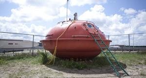 I den här räddningskapseln kan man sova - guppandes på tidvattnet. Den finns utanför Haag i Scheveningen, Nederländerna.