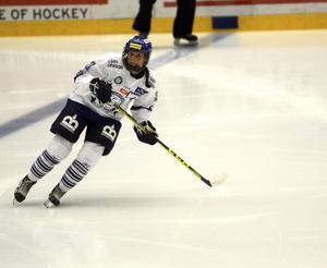 Kommande säsong blir Elin Lundbergs trettonde raka i den vitblå tröjan.