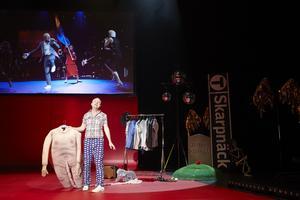 Gardell visar upp scenkläder från hans tidigare shower.