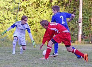 Emil Hermansson i en match mot Ulfshyttan i division 4 2015 – innan han lämnade för fotbollsgymnasiet i Degerfors. Foto: Sven-Erik Karlsson