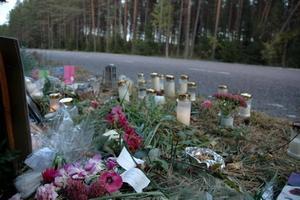SAKNADE STÖD. Den omkomna 18-åriga kvinnans kompisar samlades vid vägen efter olyckan. En släkting till kvinnan tycker att kommunens krisgrupp skulle ha stöttat ungdomarna.