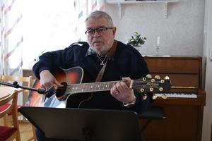 För Vansbroborna finns möjlighet att höra Ove sjunga och spela när det fina dagar,  nere i centrum.