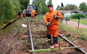 Janne Elfgren, en av rallarna som jobbar med att byta ut sliprar på järnvägen från Hemus och norrut. Foto: Jan Norberg