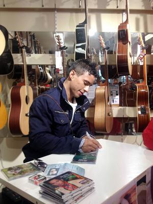 Det blev kö när Talangvinnaren Jon Henrik Fjällgren signerade skivor på Hamm & Nilsson. Senare framträdde han på Stortorget.