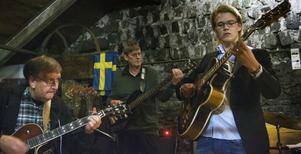 Joel Svensson (till höger) duellerade med farfar Nicke (till vänster) i vem som var flinkast med fingrarna på gitarrhalsen.